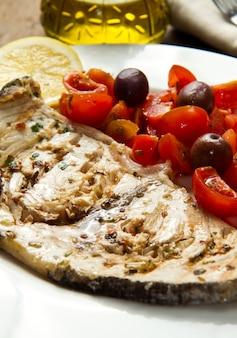 Zwaardvis met tomaten