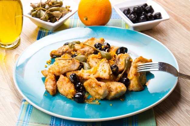 Zwaardvisstoofpot met kappertjes en olijven