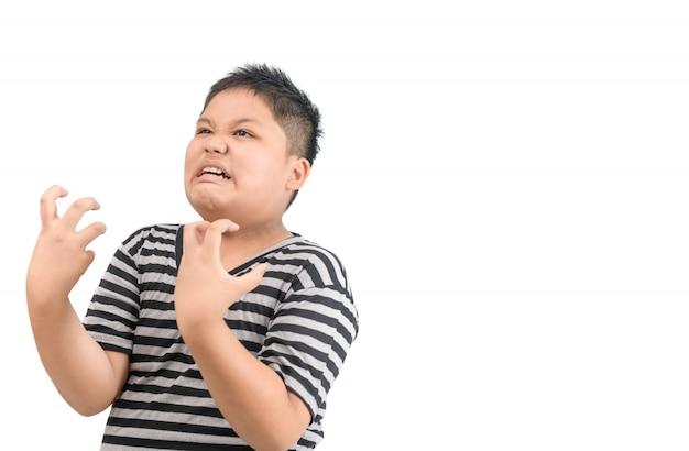 Zwaarlijvige dikke jongen boos geïsoleerd op een witte achtergrond,