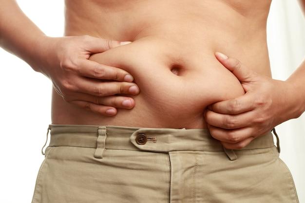 Zwaarlijvige mannen hebben overtollig vet, hij is op dieet om af te vallen.