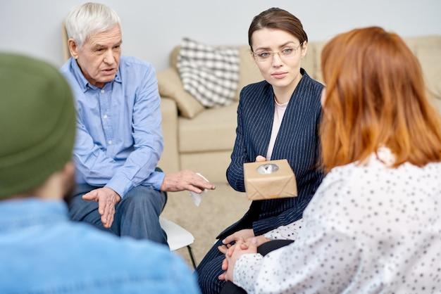 Zwaarlijvige patiënt bij groepstherapie sessie