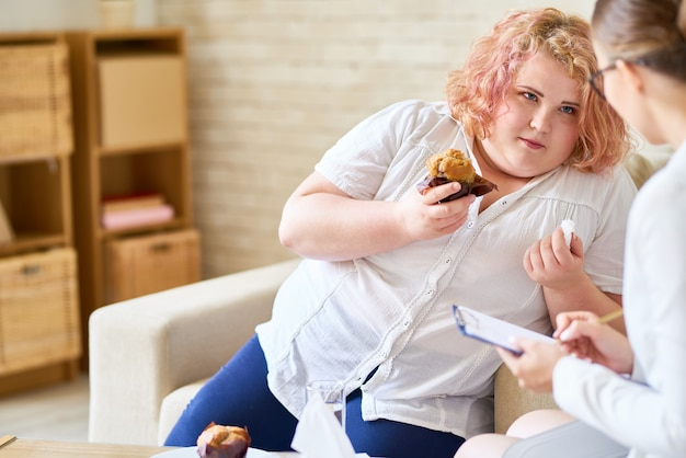 Zwaarlijvige vrouw met eetstoornis