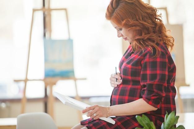 Zwanger meisje schetst een beeld van haar toekomstige familie.