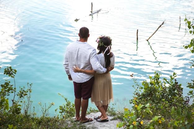 Zwanger met haar echtgenoot op het strand
