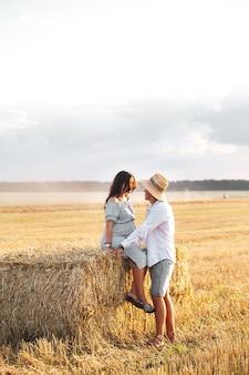 Zwanger met haar man in de kribbe. mooi paar met zonnebloemen