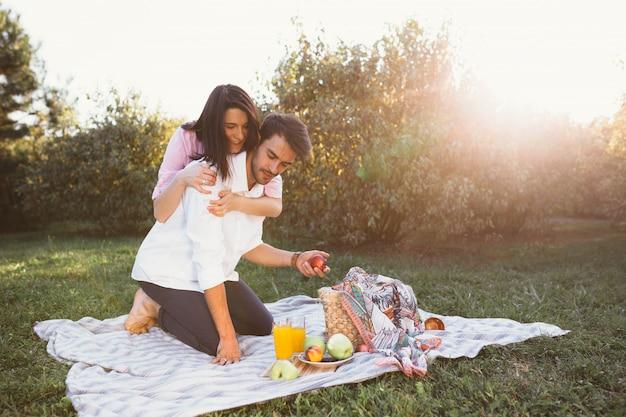 Zwanger paar op picknick