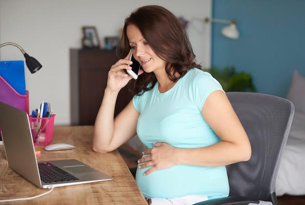 Zwangere moeder maakt even een praatje