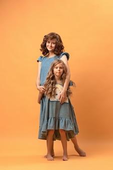 Zwangere moeder met tienerdochter. familie studio portret