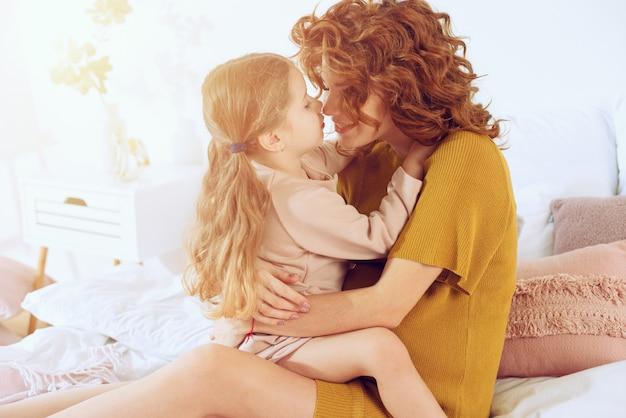 Zwangere moeder speelt met haar dochter. concept van familie, vreugde en zwangerschap Premium Foto