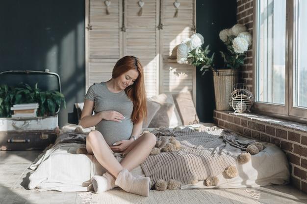 Zwangere vrouw aanraken en op zoek naar haar buik