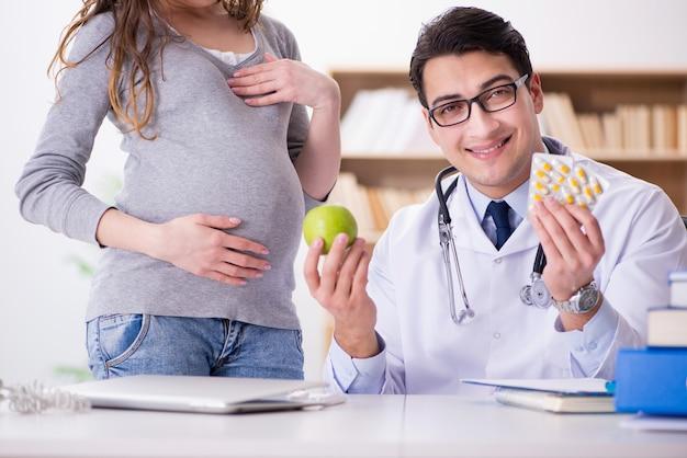 Zwangere vrouw bezoekende arts voor overleg