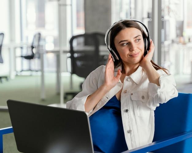 Zwangere vrouw die in een bedrijf werkt