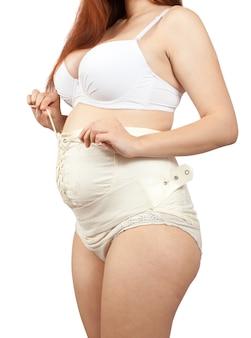 Zwangere vrouw dressing verloskundige bindmiddel