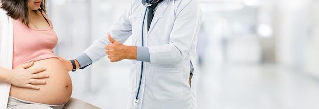 Zwangere vrouw en gynaecoloog arts in het ziekenhuis
