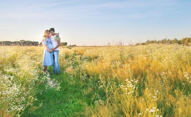 Zwangere vrouw en man houden buik bij elkaar