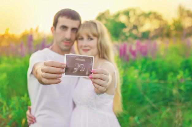 Zwangere vrouw en man momentopname echografie