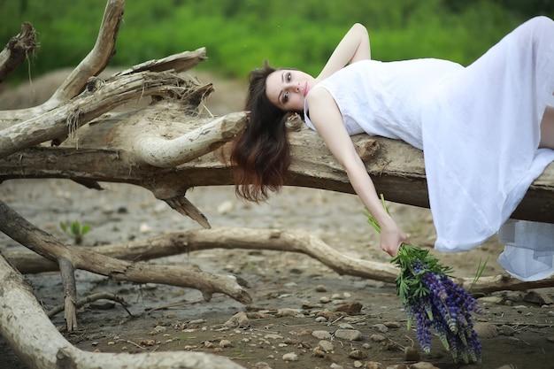 Zwangere vrouw in de natuur voor een wandeling in de zomer