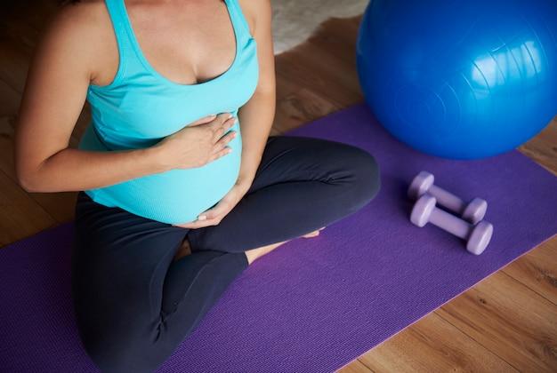 Zwangere vrouw is klaar voor de volgende oefening