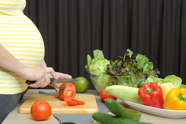 Zwangere vrouw kookt