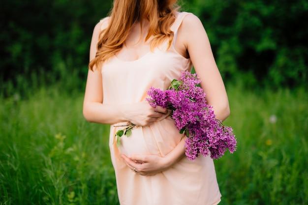 Zwangere vrouw met buik met handen