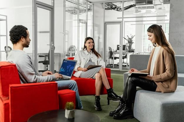 Zwangere vrouw met een zakelijke bijeenkomst