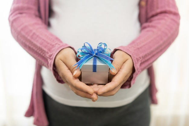Zwangere vrouw met geschenkdoos