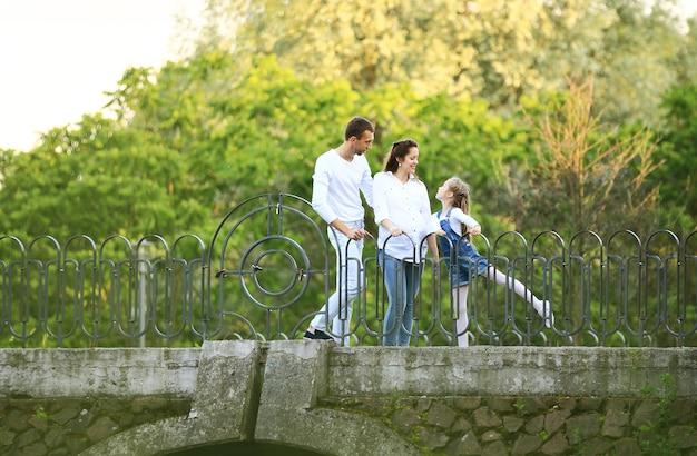 Zwangere vrouw met haar dochter en echtgenoot op een wandeling