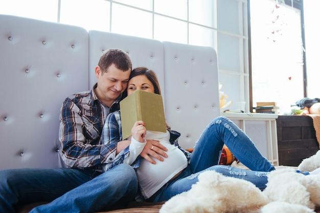 Zwangere vrouw met haar echtgenoot in bed