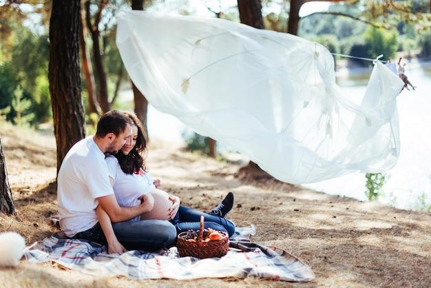 Zwangere vrouw met haar man op picknick