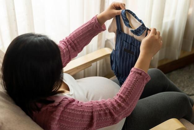 Zwangere vrouw met kleine jurk