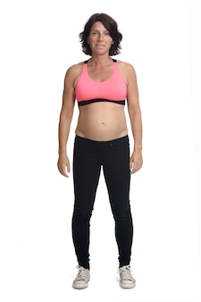 Zwangere vrouw met sportkleding geïsoleerd op een witte achtergrond