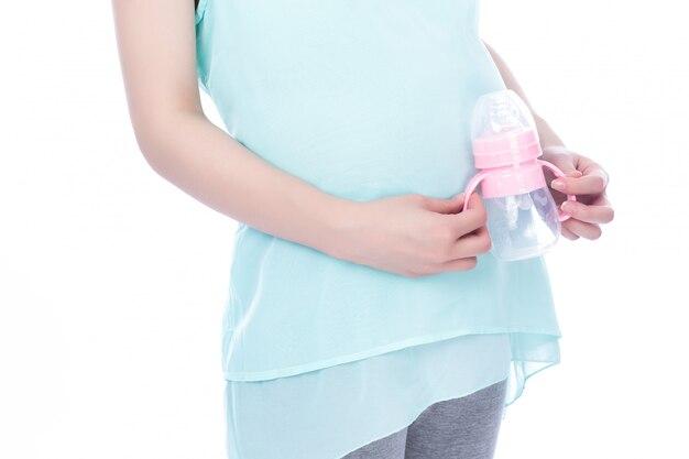 Zwangere vrouw met zuigfles