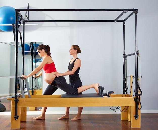 Zwangere vrouw pilates hervormer cadillac oefening