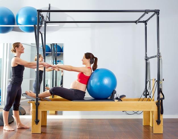 Zwangere vrouw pilates hervormer fitball oefening