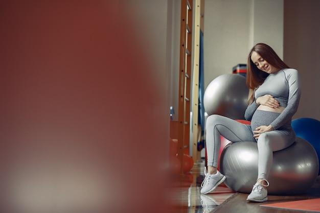 Zwangere vrouw training in een sportschool