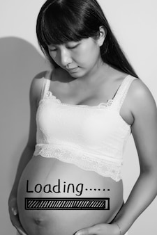 Zwangere vrouw wat betreft haar buik