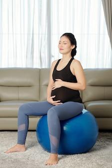 Zwangere vrouwenzitting op geschiktheidsbal