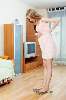 Zwangerschap vrouw sta op badkamer schalen