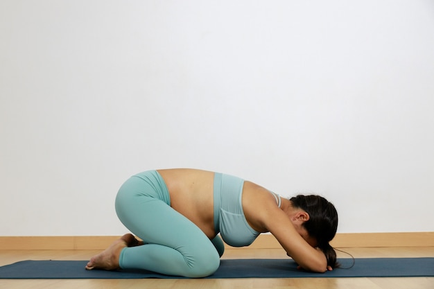 Zwangerschapsyoga jonge vrouw beoefent thuis yoga en pilates