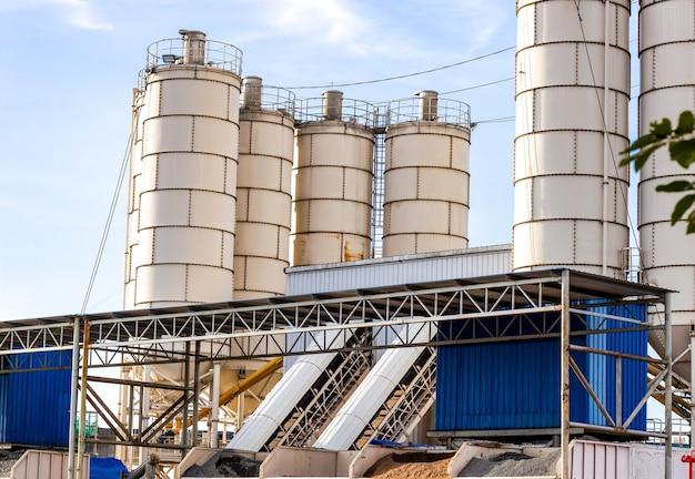 Zware betonfabriek onder de schone blauwe lucht
