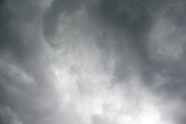 Zware grijze wolken in de lucht vóór de regen - afbeelding