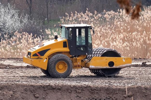 Zware industriële machines werken aan een aanleg van een nieuwe weg