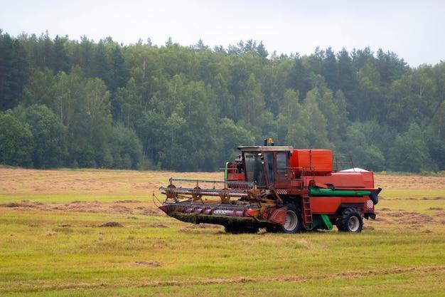 Zware landbouwmachines in het veld. groot maaidorservoertuig buiten