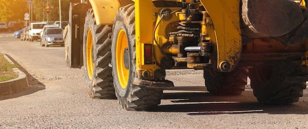 Zware machines, tractor op bouwplaats, close-up van de grote wielen, bannerfoto