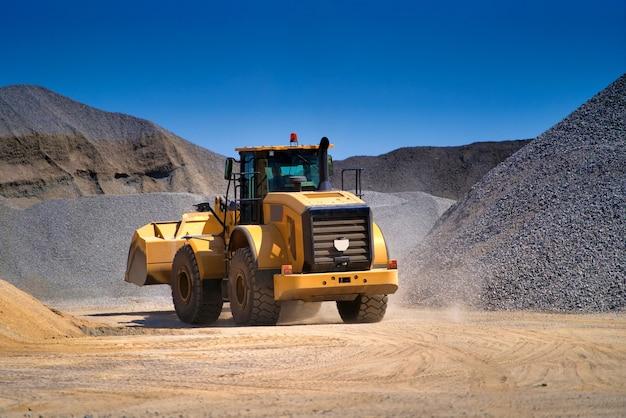 Zware machines werken op de bouwplaats van de snelweg