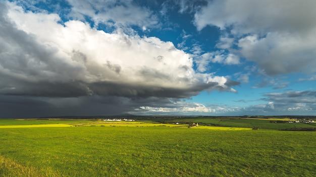 Zware regenachtige wolken boven het veld van noord-ierland