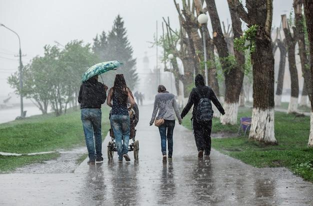 Zware regenbui in de stad en mensen die nat worden