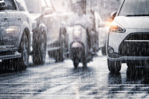Zware regenval in de stad met onscherpe auto's. selectieve nadruk en gestemde kleur.