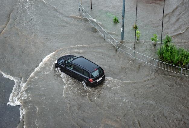 Zware regenval veroorzaakte overstromingen op de wegen van de stad.