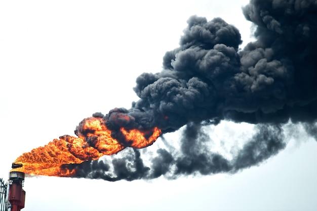 Zware rook van industriële schoorsteen vervuilt het milieu